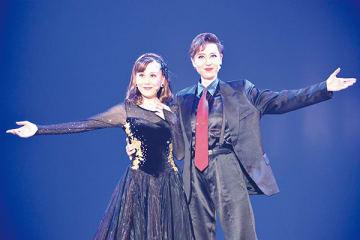 観客に向かってポーズを決める夢輝さん(右)と羽純さん
