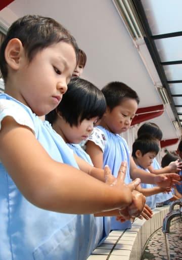 真剣な表情で手を洗う園児たち=五島市、幼徳保育園