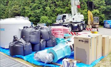 喜多機械産業が被災地に搬入した水処理装置一式=愛媛県宇和島市(同社提供)