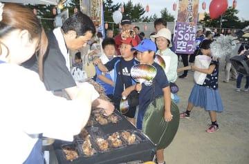 一般向け販売が始まった「大湊Sora空っ!」を買い求める市民ら=26日、むつ市