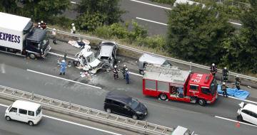 大型トラックが軽乗用車に追突するなど複数台が絡む事故があった圏央道の現場=27日午後0時28分、埼玉県日高市(共同通信社ヘリから)