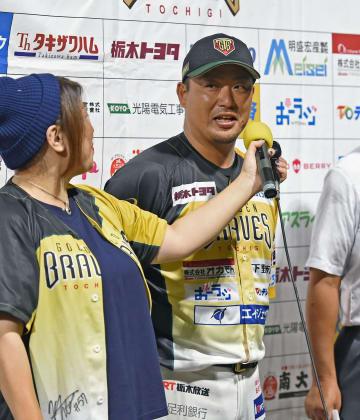 3戦連続の本塁打を放ちヒーローインタビューを受ける栃木GBの村田=25日の武蔵戦より