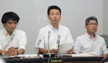 記者会見する雪崩事故で亡くなった奥公輝さんの父勝さん(中央)ら=27日午前、宇都宮市