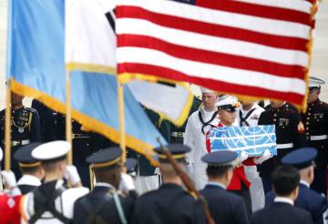 27日、北朝鮮から返還され、ソウル南方の烏山米空軍基地に到着した米兵の遺骨(共同)