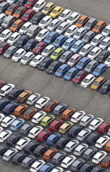 日産自動車の追浜工場に並ぶ乗用車=2017年、神奈川県横須賀市