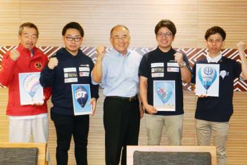 世界選手権に出場する(右から)上田さん、富澤さん、(左から)沼田さん、山下さん。中央は秀島市長=佐賀市役所