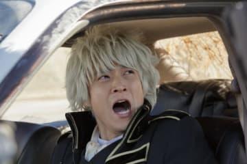 真選組の隊服を着た銀さん(小栗) - (C) 空知英秋/集英社 (C) 2018映画『銀魂2』製作委員会