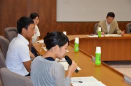 若者の県外流出について佐竹知事(右端)に意見を述べる学生たち