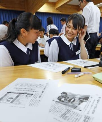 NIE全国大会の公開授業で、新聞記事について話し合う中学生=27日、岩手県大槌町