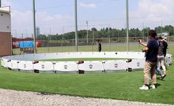 円形に並んだパネルの中でパスの精度などを磨く。バルセロナの練習場にも導入されている=神戸市西区、いぶきの森球技場