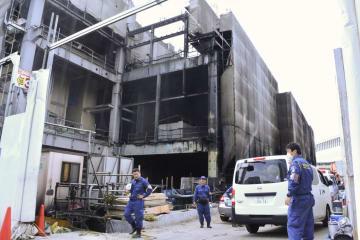 警視庁による実況見分が行われた火災現場=27日午後、東京都多摩市