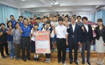 台北市の民権中学で台湾の生徒らと交流する「ふくしま復興大使」の中高生ら=27日(共同)