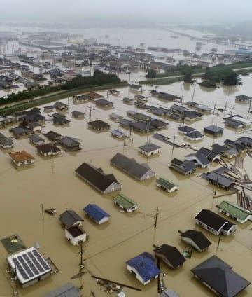 豪雨で冠水した岡山県倉敷市真備町地区の住宅街=7日(小型無人機から)