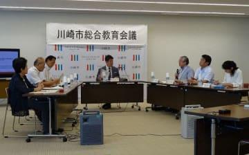 福田紀彦市長らと意見を交わす教育委員ら=川崎市庁舎
