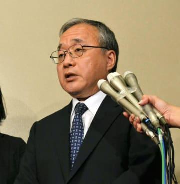 報道陣の取材に応じ「信頼回復に全力で取り組む」と述べる岡本薫明財務事務次官=27日午後、財務省