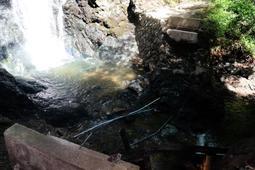 大雨で流された、天滝に向かう登山道の橋。ここ2年間で3度目の流出となった=養父市大屋町筏