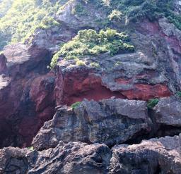 赤い岩の割れ目=新温泉町