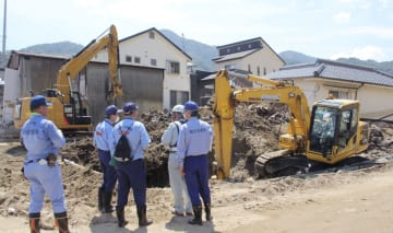 広島県坂町の総頭川で続く土砂の撤去作業=28日午前