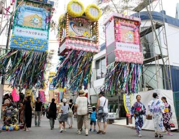 茂原七夕まつりの実行委員会は、初日の日程終了後に大型装飾を撤去することを決めた=27日、茂原市