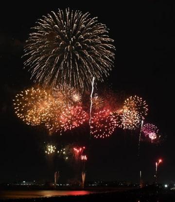 夏の夜空を彩った「幕張ビーチ花火フェスタ」。約30万人を魅了した=27日、千葉市美浜区の幕張海浜公園