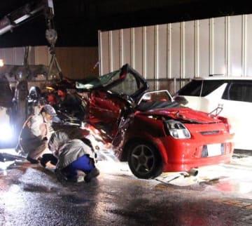 小雨が降る中、3人が死傷した交通事故の状況を調べる千葉県警の警察官ら=今年3月16日、市原市町田の県道