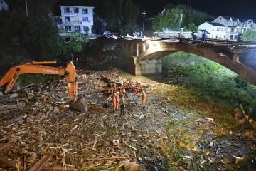 中国浙江省杭州市で屋根部分が崩れた橋=28日(共同)