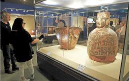 儀式用の大型土器に見入る来場者=27日、仙台市青葉区の市博物館