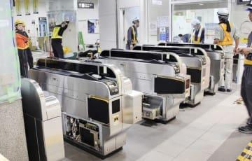 """JR福井駅に設置された自動改札機。現在はシートが掛けられ""""出番""""を待つ=7月24日未明(JR金沢支社提供)"""