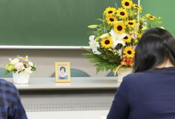 矢吹恵さんの追悼礼拝で、祈りをささげる人=28日午後、東京都町田市の私立桜美林高校