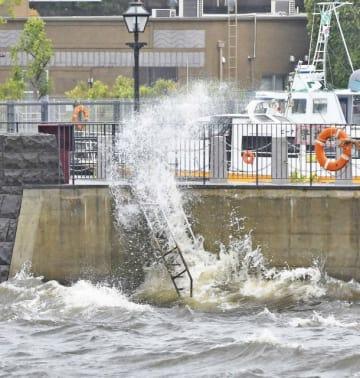 """台風の接近に伴い海も荒れ、""""象の鼻""""にたたきつける波=横浜市中区の象の鼻パーク"""
