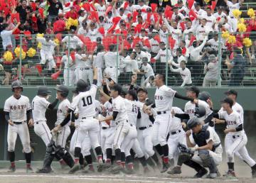 広島大会決勝で、サヨナラ勝ちで甲子園出場を決め、大喜びの広陵ナインと観客席=広島県尾道市
