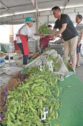 収穫されたばかりのだだちゃ豆が並ぶ直売所