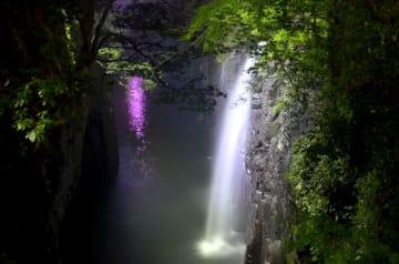 ライトアップされ、幻想的な雰囲気に包まれた高千穂峡