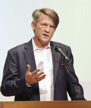 長崎市で開かれたシンポジウムで講演するトーマス・カントリーマン氏=28日午後