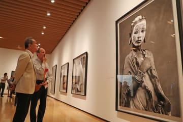 スペイン現代写真展「Women&Women」の内覧会=長崎市、県美術館