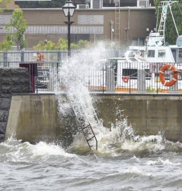 """台風12号の接近に伴って海も荒れ、""""象の鼻""""にたたきつける波=横浜市中区の象の鼻パーク"""