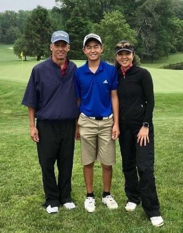 ケリー・チンさん(中央)と母の栄子さん(右)、父のコーリンさん