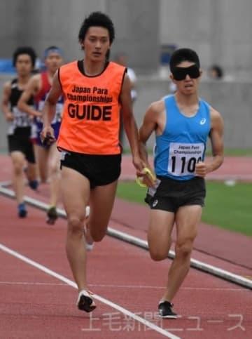 ジャパンパラ大会で力走する唐沢剣也選手(右)=正田醤油スタジアム群馬