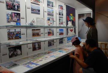 PR活動の写真やグッズなどを観覧する来場者=島原城観光復興記念館
