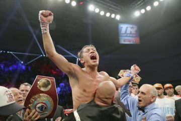 WBOスーパーフェザー級王座決定戦でクリストファー・ディアスに判定勝ちし、喜ぶ伊藤雅雪=28日、キシミー(ゲッティ=共同)