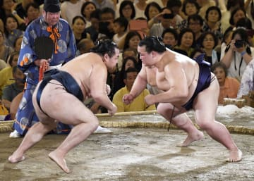 大相撲夏巡業が始まり、取組で対戦する稀勢の里(右)と鶴竜=29日、岐阜県大垣市