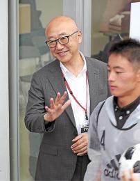 再開されたJヴィレッジのスタジアムで式典運営に当たる小野さん(左)