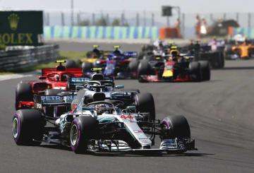 F1ハンガリーGP決勝で走行するメルセデスのルイス・ハミルトン=ブダペスト(ゲッティ=共同)