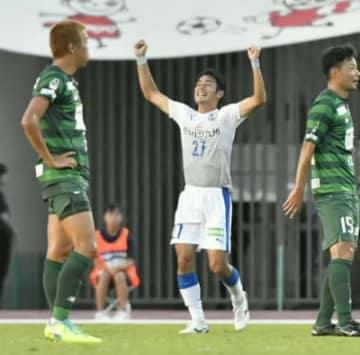 【大分―岐阜】前半19分、先制ゴールを決め、喜ぶ大分のFW三平(27)=長良川競技場