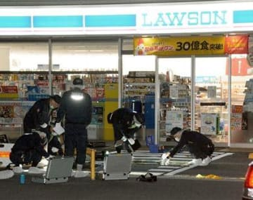 強盗未遂事件があったローソン熊本合志菊南店で鑑識作業をする捜査員=29日午前4時50分すぎ、合志市