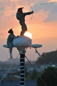 五穀豊穣などを祈って弓を引く舞男=29日午後6時35分、龍ケ崎市、鹿嶋栄寿撮影