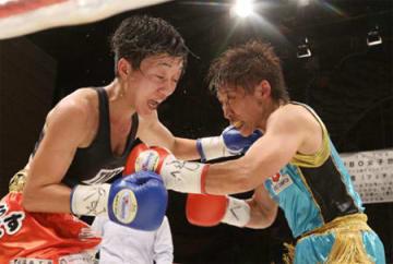 WBO女子アトム級タイトルマッチ 最終10回で岩川美花(左)と激しく打ち合う池山直=KBSホール
