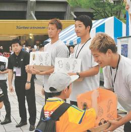 募金を呼び掛ける野津田選手(右端)ら