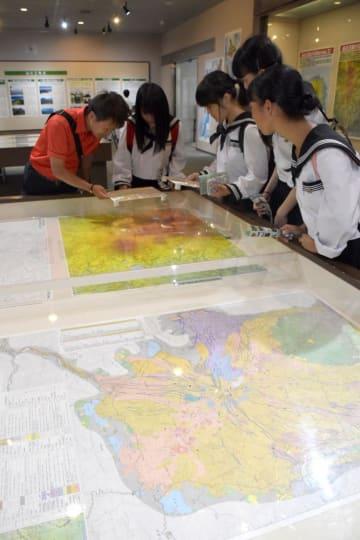 地図を見ながらさまざまな山の姿を学べる企画展=つくば市北郷