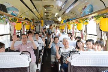 どすこい!ビール列車を楽しむ乗客=有田町の有田駅